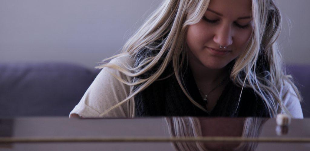 Birka tjej piano närbild 72 dpi